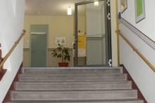 Schon beim Eintritt ins Schulhaus erfreut man sich an der modernen Ausgestaltung.