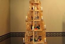 In der Weihnachtszeit wird unsere Schule festlich geschmückt. Unser Hausmeister Herr Grundmann bewies sein Können beim Bau dieser wunderschönen Weihnachtspyramide.