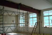 Der Bau schreitet voran und man erkennt die Schule kaum wieder. Die Bauarbeiten erstrecken sich vom Dachboden bis in den Keller... Auch die Turnhalle mit dem Verbinderbau und der Schulhof werden vollständig neu gestaltet.