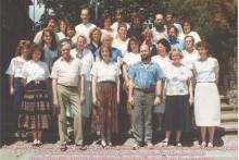 Lehrer auf der Eingangstreppe 1990