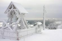 tiefverschneiter Fichtelberg